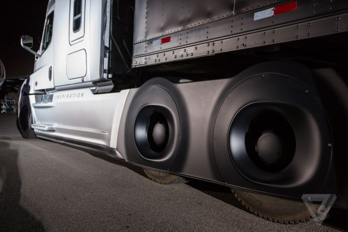 В США состоялась премьера самоуправляемого грузового автомобиля от концерна Daimler (15 фото)