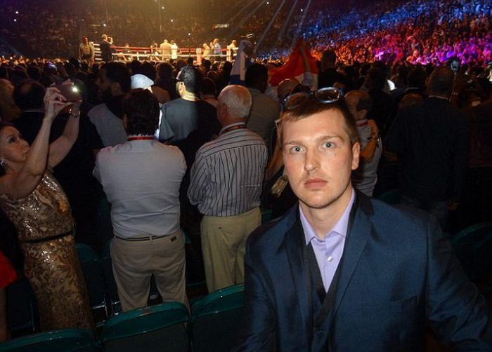 Британец Стив Каррузерс проник в VIP-зону на бое века, чтобы сфотографироваться со звездами (16 фото)