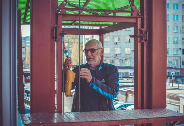 Челябинский пенсионер построил лифт для внуков-инвалидов (6 фото)