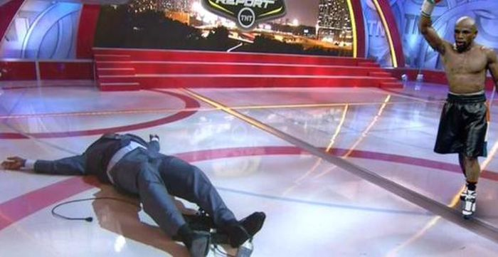 Баскетболист Шакил О'Нил упал в прямом эфире телепередачи