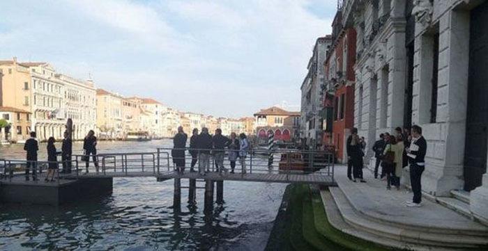 Компания венецианских модников неожиданно искупалась в Гранд-канале (12 фото)