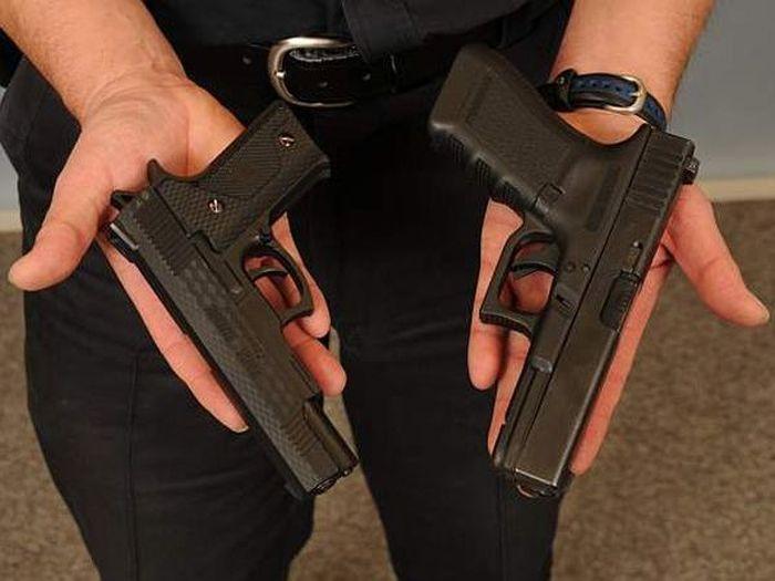 Почему полицейские стреляют в людей с игрушечными пистолетами (10 фото)