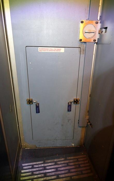 Как устроена дверь в кабину пилотов самолета Airbus-320 (17 фото)