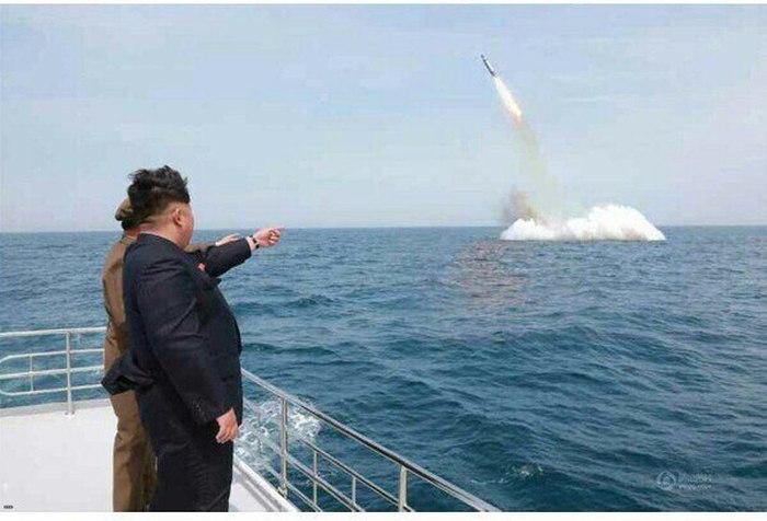 Ким Чен Ын пришел в восторг, увидев запуск ракеты с подводной лодки (5 фото)