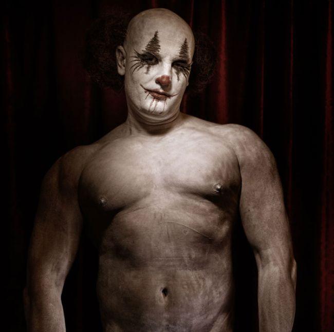 Клоуны из детских кошмаров в фотопроекте «Клоунвилль» (21 фото)