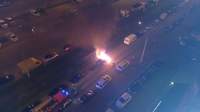 В Санкт-Петербурге потерпевшие избили пьяного водителя и сожгли его авто (5 фото)