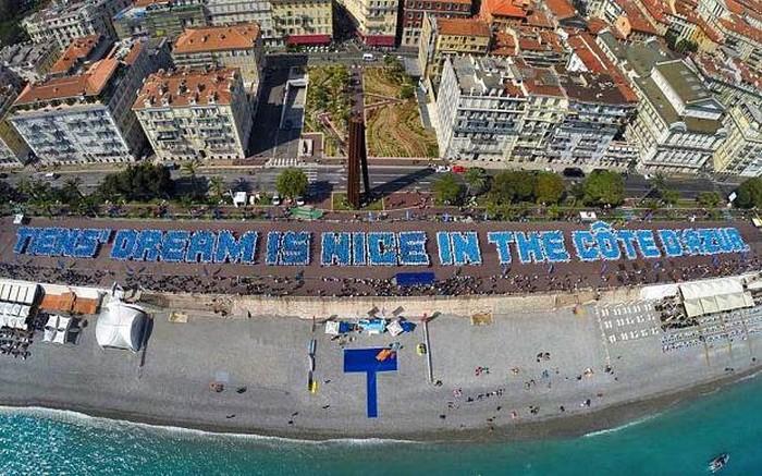 Францию посетила туристическая группа из 6400 человек (9 фото)