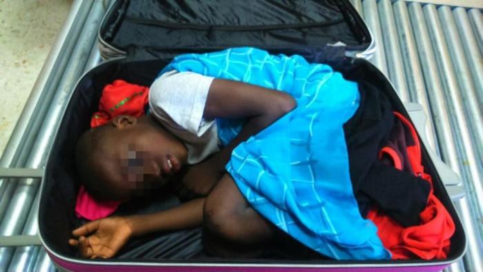 19-летняя девушка спрятала ребенка в чемодан, чтобы незаконно переправить его в Испанию (4 фото)
