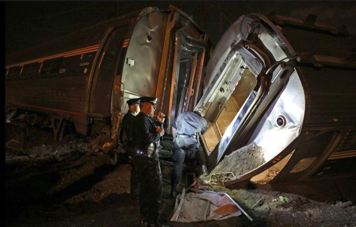 В США с рельс сошел пассажирский поезд (10 фото + видео)