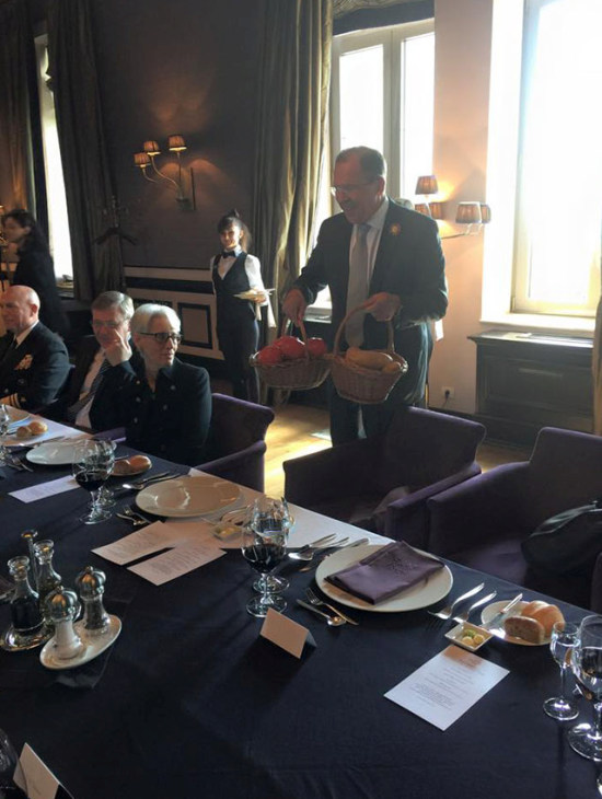 Сергей Лавров преподнес Джону Керри в качестве подарка футболку, картофель и помидоры (5 фото)