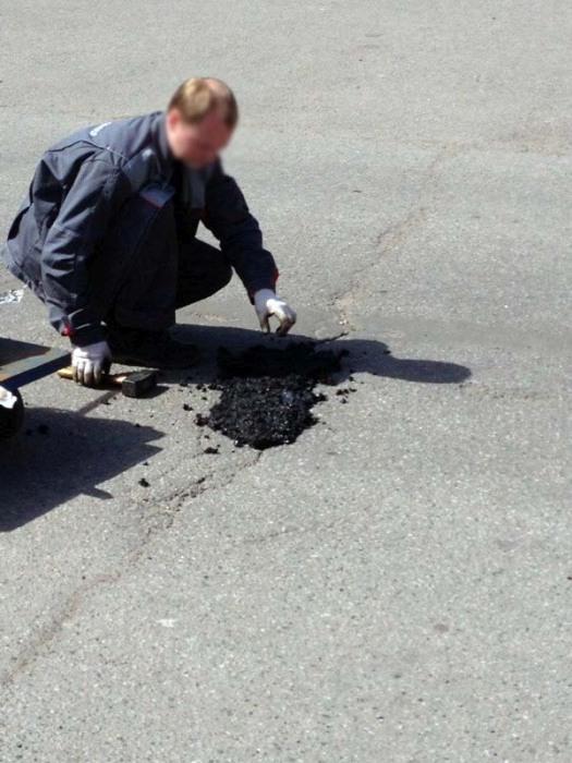 Питерские дорожники стали проводить ямочный ремонт вручную (5 фото)