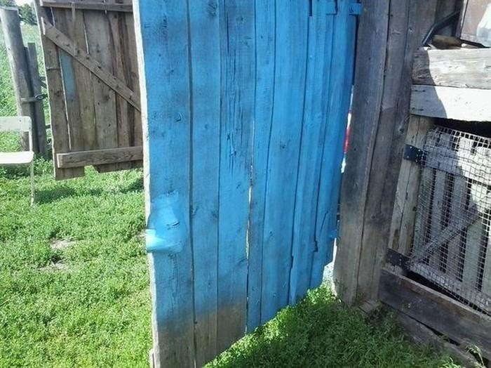 Как не стоит красить гаражные ворота (2 фото)