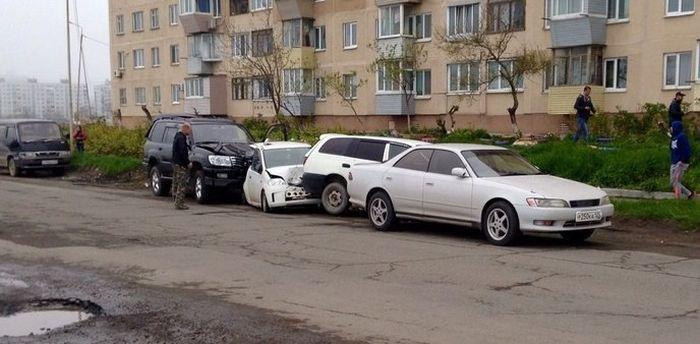 Во Владивостоке 15-летний подросток на Toyota Land Cruiser устроил массовое ДТП (4 фото + видео)