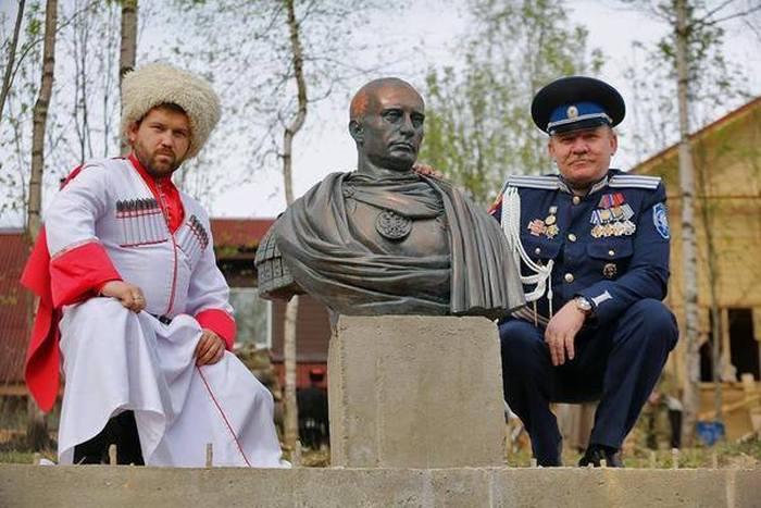 Под Санкт-Петербургом открыли памятник Путину в образе императора Римской империи (4 фото)