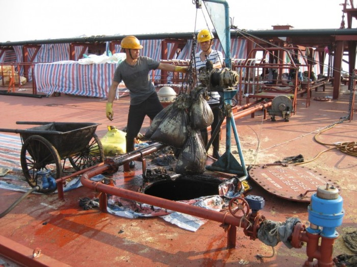Кто и как чистит танкеры от мазута (36 фото)
