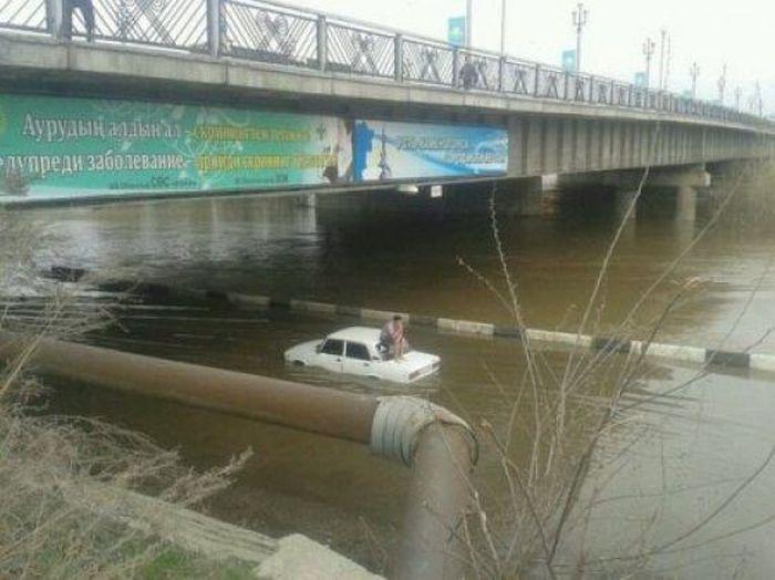 Нелепые происшествия с автомобилями (25 фото)