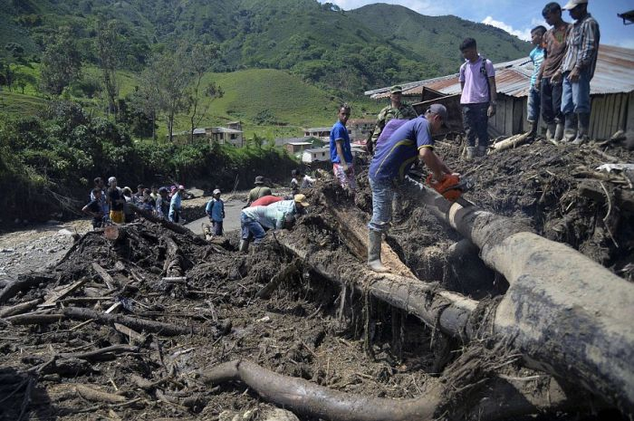 В Колумбии сошел оползень, погибли десятки человек (18 фото)