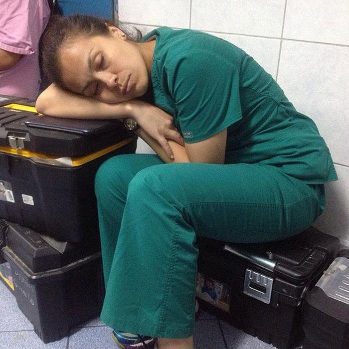Врачи со всего мира встали на защиту девушки-резидента, уснувшей на работе (15 фото)
