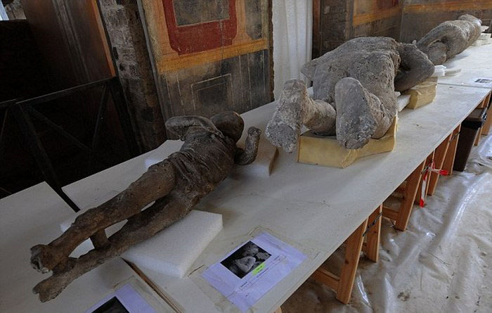 Что находят под застывшей лавой Везувия в Помпеях (23 фото)