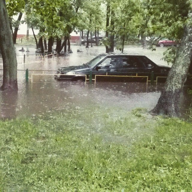 Из-за проливного дождя в Москве оказались затопленными некоторые улицы (19 фото)