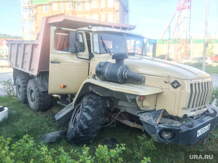 В Ханты-Мансийске самосвал «Урал» протаранил 11 машин (5 фото + видео)