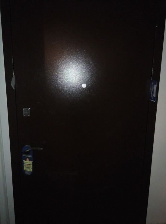 Входная дверь, с которой не все в прядке (2 фото)