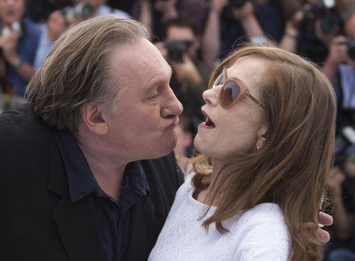 Во время совместной фотосессии Жерар Депардье полез с поцелуями к Изабель Юппер (10 фото)