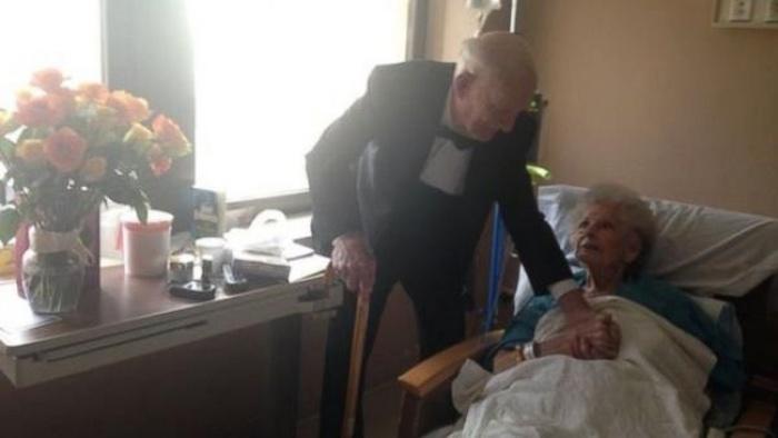 Пожилая семейная пара отпраздновала 57-ю годовщину свадьбы на больничной койке (2 фото)