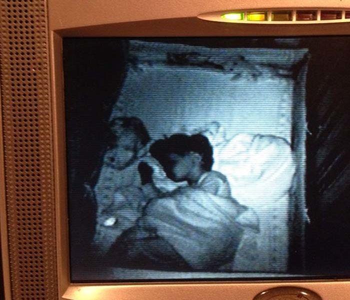 Жуткие кадры видеокамер из детских комнат (13 фото)