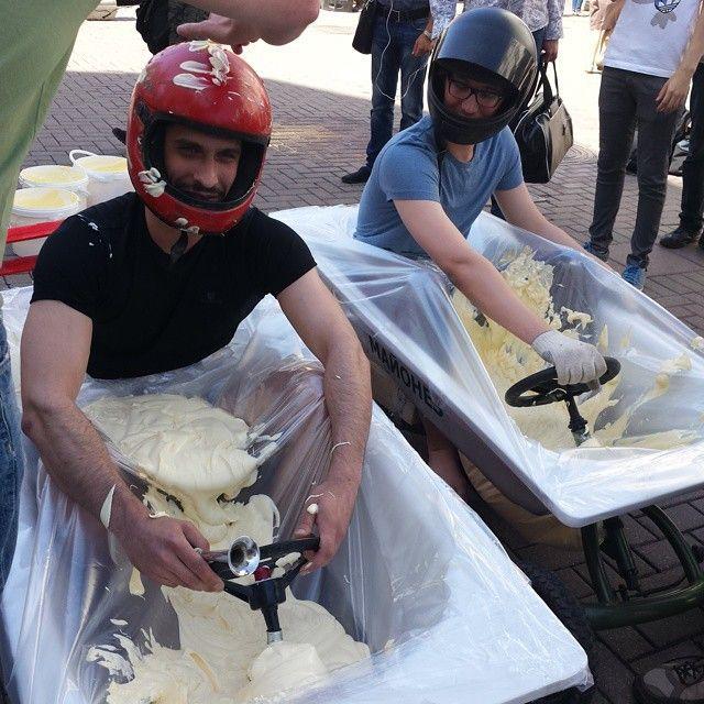 На Арбате прошли майонезные гонки в ваннах (8 фото)