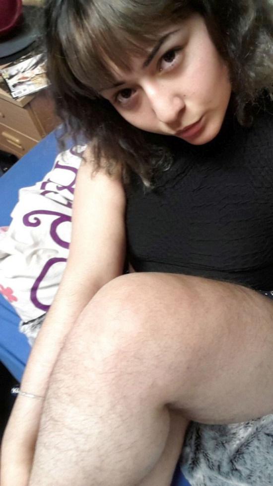 Ясмин Гасымова – девушка, которая не стесняется волос на теле (6 фото)