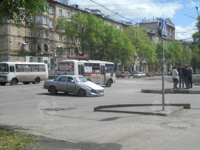 В Новокузнецке «Волга» развалилась, наехав на железнодорожные пути (3 фото + видео)