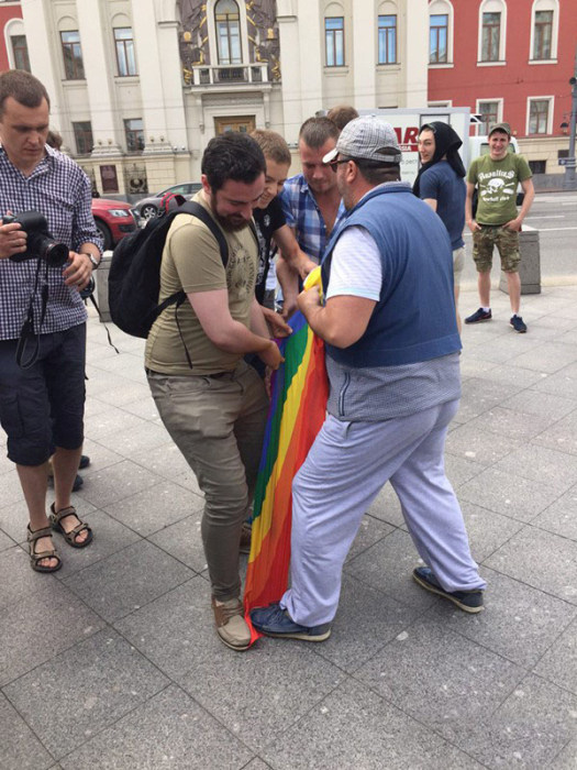 В Москве произошла потасовка между членами ЛГБТ-сообщества и православными активистами (13 фото)