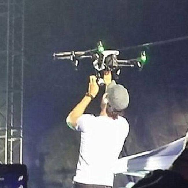 Во время концерта Энрике Иглесиас поранил руку, пытаясь поймать дрон (8 фото)