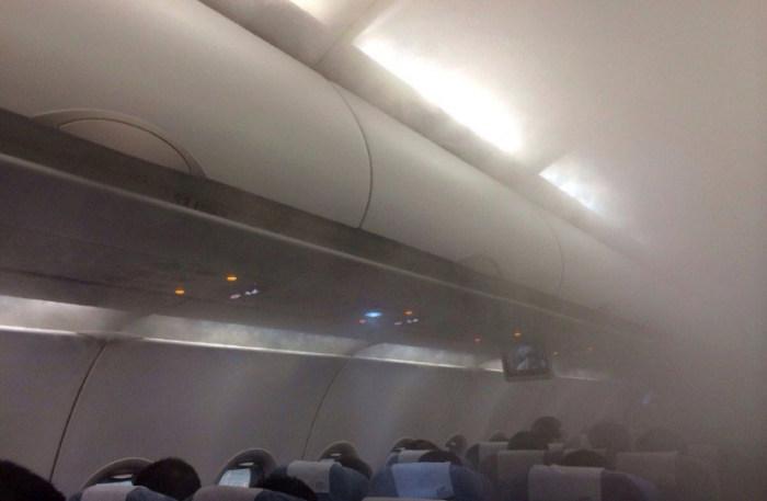 Густой пар в салоне самолета перепугал пассажиров (9 фото)