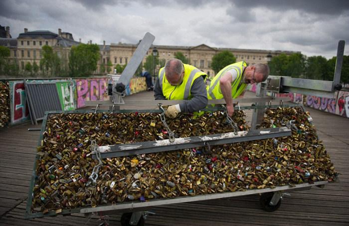 Власти Парижа нанесли удар по узам любви (20 фото)