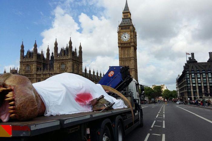 Жители Лондона увидели реалистичный макет тираннозавра (10 фото)