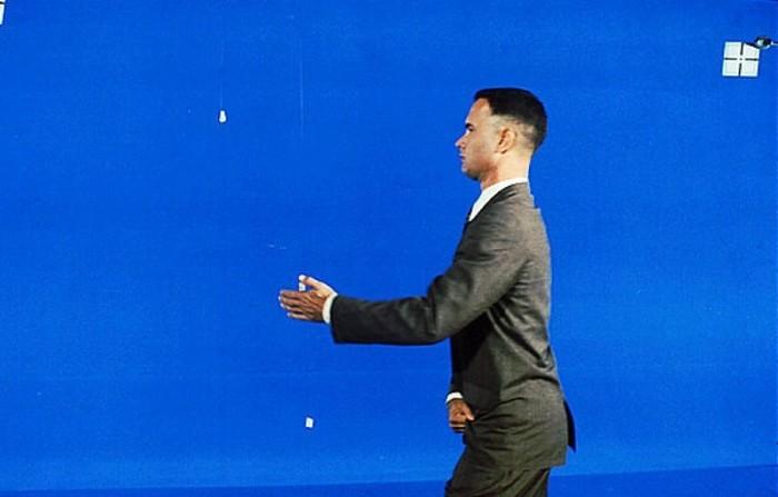 Загадка, что делает Том Хэнкс на этом фото? (2 фото)