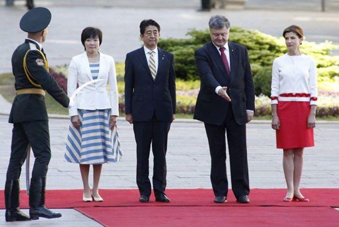 Непонятные действия Петра Порошенко на встрече с премьер-министром Японии (3 фото)