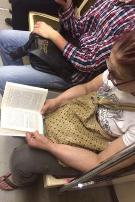 Необычная книга пассажирки метро (3 фото)
