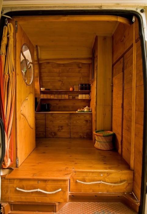 Самодельный дом на колесах на базе грузового фургона (27 фото)