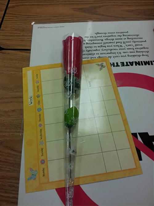 Учительнице подарили весьма необычную розочку (2 фото)