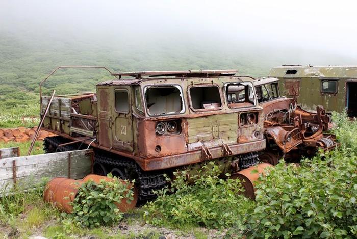 Заброшенный военный поселок Кратерный на Курилах (36 фото)