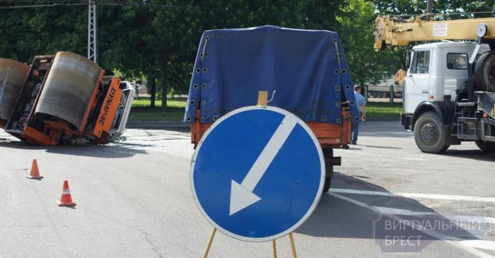 В Бресте во время движения опрокинулся каток (13 фото)