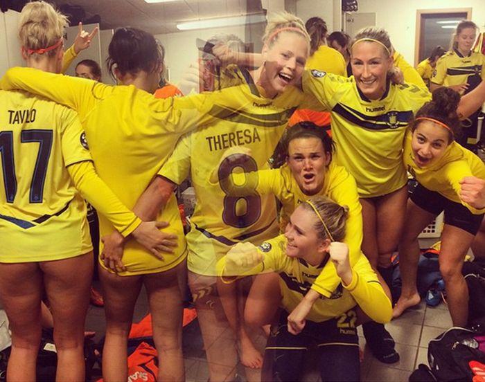 Девушки-футболистки из клуба «Брондбю» отпраздновали свои достижения обнаженными (3 фото)