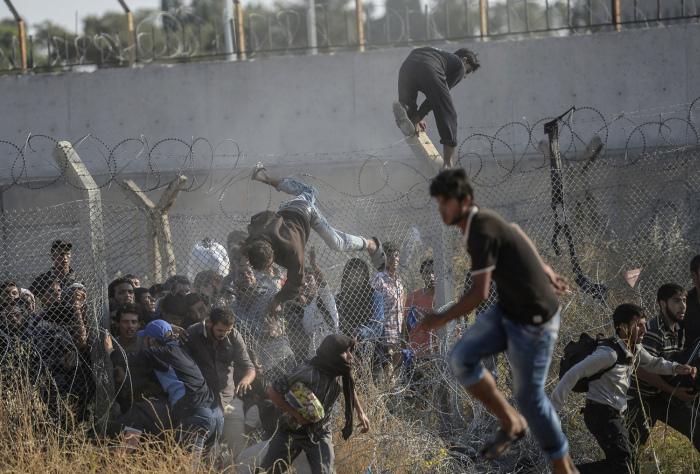 Сирийские беженцы массово переходят на территорию Турции (26 фото)