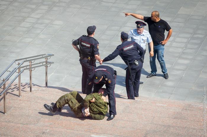 В Екатеринбурге человек с арматурой повредил машины у здания Заксобрания (8 фото)