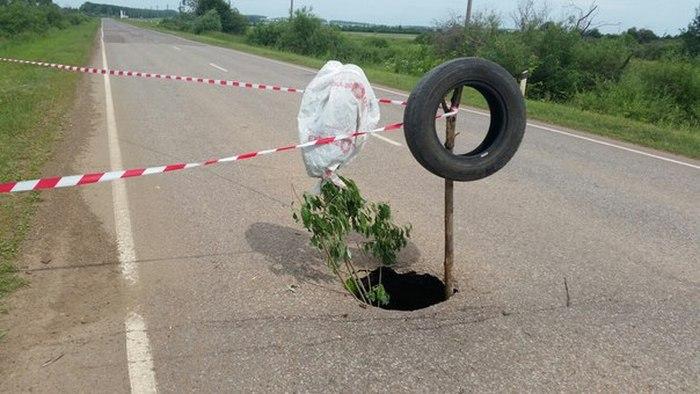 Неравнодушный водитель помог другим участникам дорожного движения (4 фото)