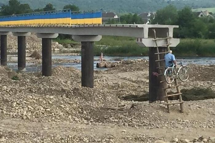 В Ивано-Франковской области люди вынуждены эксплуатировать недостроенный мост (4 фото)