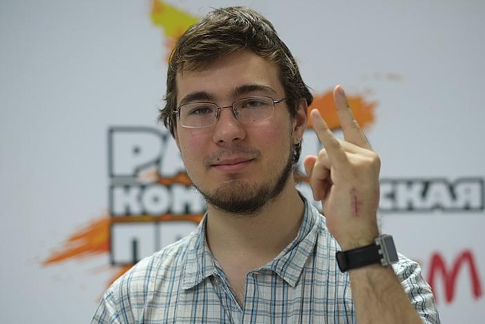 Молодой инженер вживил в руку проездной на метро (4 фото)